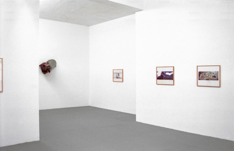 'Juan Uslé / John Chamberlain – Photographien', Installation view, 1996