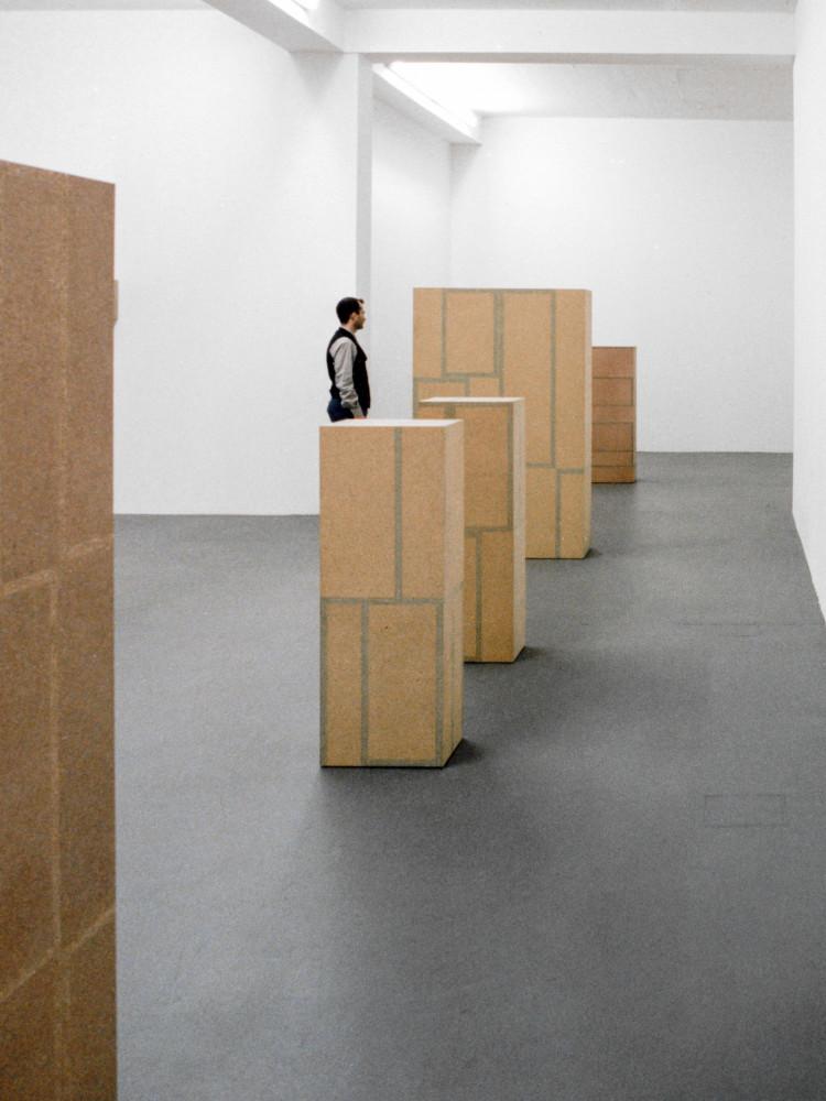 'Willi Kopf  – Sehstäbchen & Presspan', Installation view, 1996